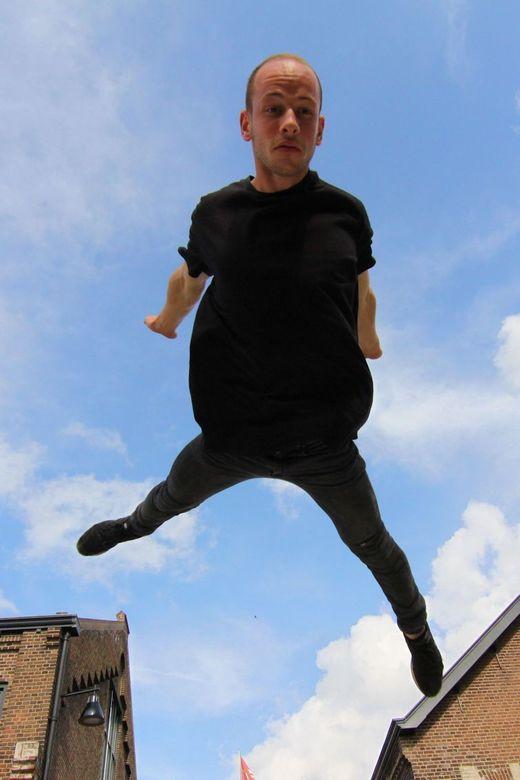 flying - Freerunner midden in zijn sprong