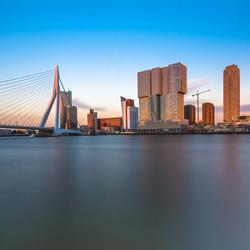 Skyline van Rotterdam vanaf de oevers van de Maas