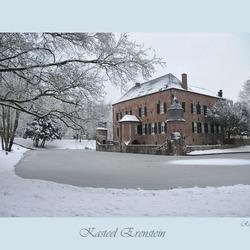 Kasteel omringd door sneeuw