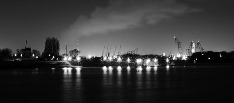 Antwerpen anders bekeken... - Deze foto is genomen vanop een van m'n favoriete stille plekjes. Op de foto is een stukje van de haven van Antwerpe