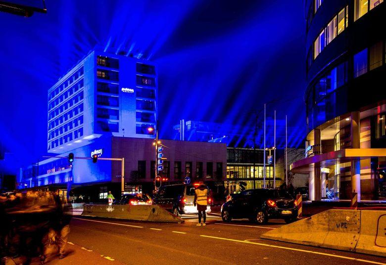 GLOW 2018_4b - Project 8 - Something Blue - De Finse kunstenaar Kari Kola zet het hotel met behulp van een hi-power installatie in een doordringend, d