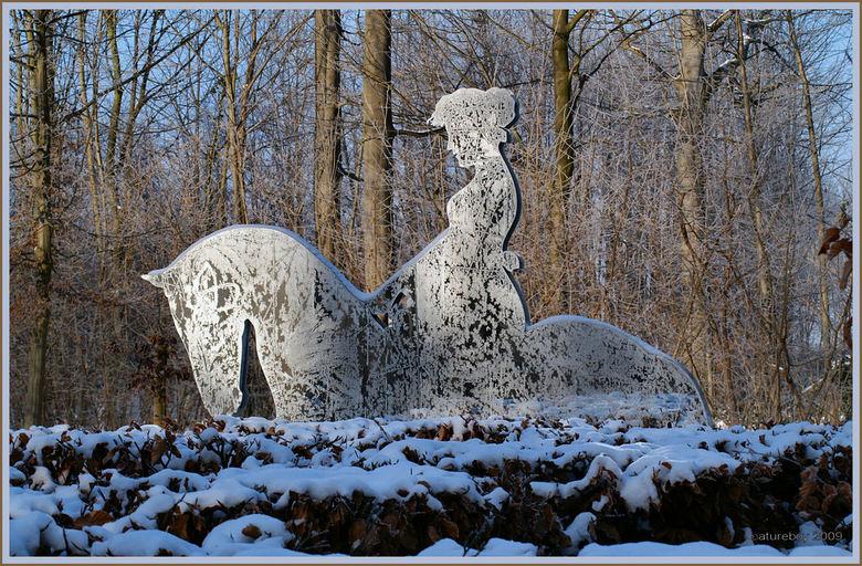 Winters kantwerk - De winter heeft een mooi kantwerkje gemaakt van deze paardrijdende middeleeuwse dame. Spring maar even achterop...nevel, vorst en e