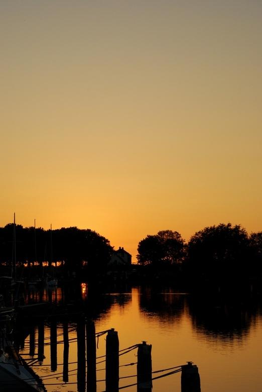 avondtegenlicht - Mooie kleurverloop van de avondzon