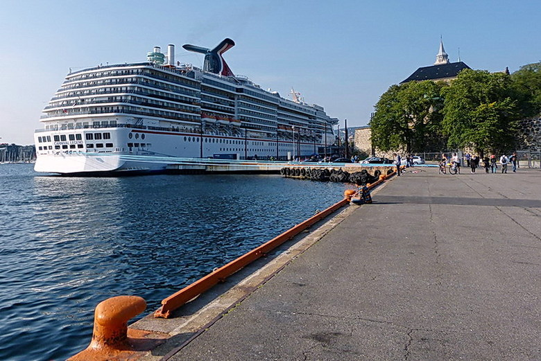 Cruiseschip. - Creiseschip de  Carnival Legend in de haven van Oslo Noorwegen.<br /> Info over het schip: Bouw in Finland, In de vaart genomen 2001,