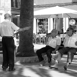 Oude heren op een bankje, Ciutadella (Menorca)