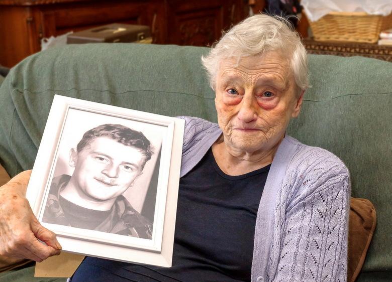 Oud in the Picture - Ignorant Juliette heeft als enige herinnering nog een foto van haar overleden zoon; voor de rest is ze helemaal alleen.