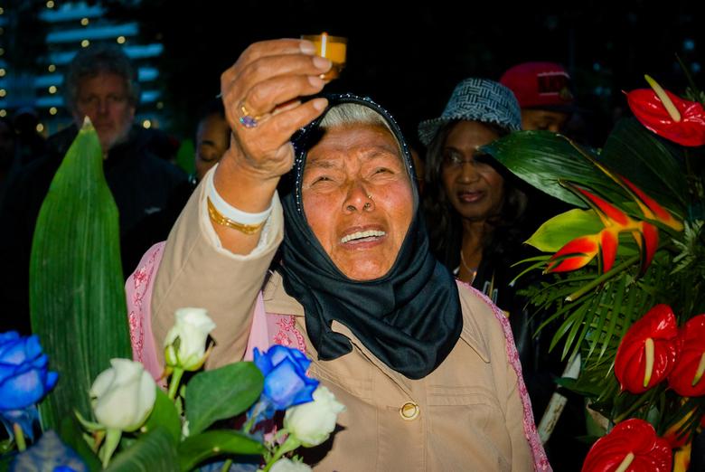 Ik zal je altijd blijven missen - Amsterdam Zuidoost 2012 - Herdenking Bijlmerramp bij het Groeiend Monument. Een Hindoestaanse moeder rouwt en herden
