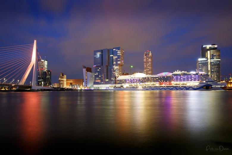 Rotterdam op Koningsdag - Een blik op de Erasmusbrug en Cruiseterminal op Koningsdag. De brug was toen Oranje verlicht.