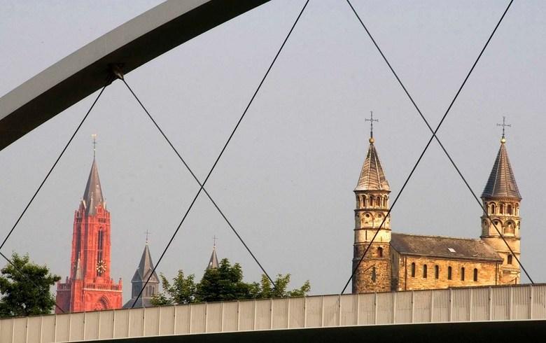 Doorkijk - kijk op stad door loopbrug in Maastricht