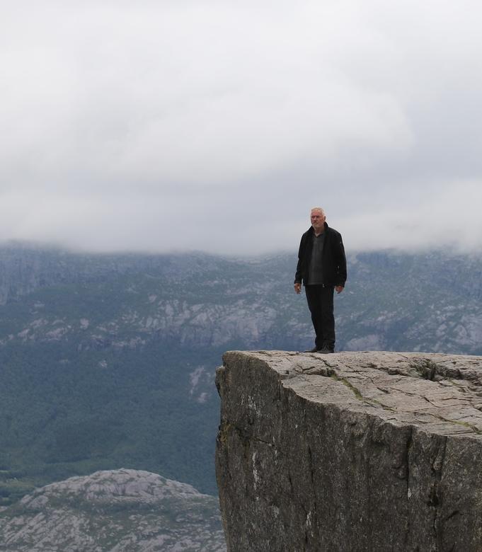 Preikestolen ( Preekstoel ) - Stevige wandeling naar de Preikestolen, vanaf dit punt gaat het 600 meter loodrecht naar beneden....