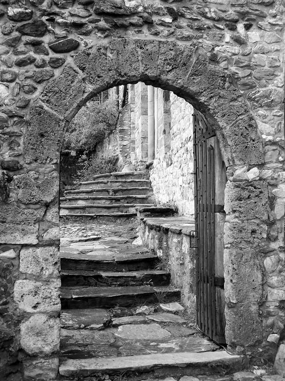 Tand des tijds - Mooi doorkijkje bij oud kasteel in het zuidwesten van Zwitserland.