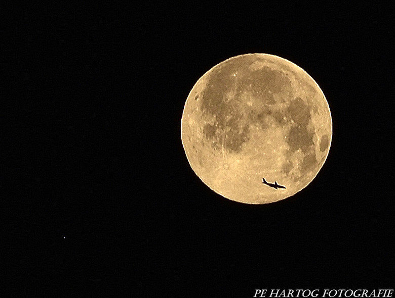 Volle maan met bonus - Beste fotoliefhebbers,<br /> <br /> Vol trots mag ik jullie mijn droomfoto tonen.<br /> <br /> Gisternacht was het volle ma