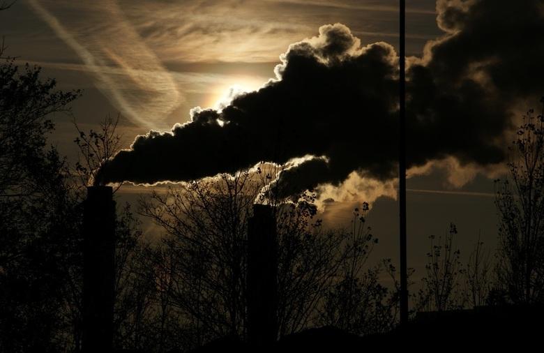 Schoorstenen van Afval Energie Bedrijf Amsterdam - De schoorstenen van Afval Energie Bedrijf Amsterdam.<br /> <br /> Mooie stoomwolken blokkeren de