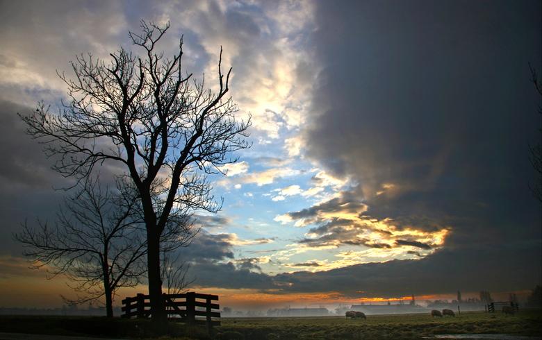 Een gat in de lucht - een gat in het wolkendek boven de weilanden in de ochtend.<br /> groeten, bert