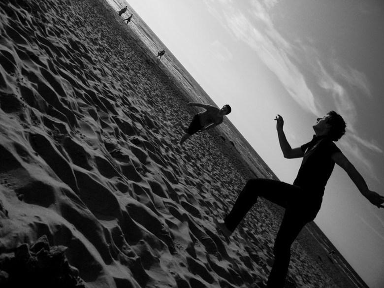 Jongens op het strand - Jongens op het strand die een bal proberen te vangen
