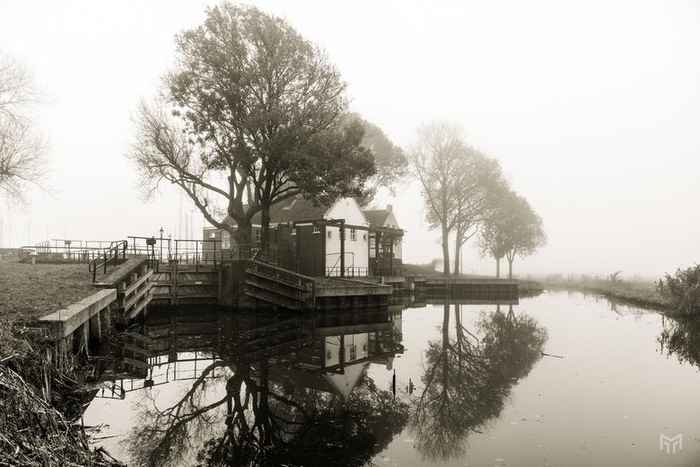 Sluis in de mist - De Eemnesser sluis in de mist in de morgen van 25 november 2019.