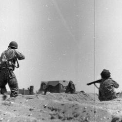 Soldaten vallen stelling aan, levende geschiedenis foto gemaakt met jaren 30 camera