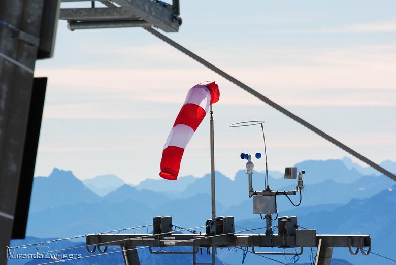 Wind in de bergen - Helemaal bovenop de piste bij de Mölltaler gletscher staat een windvaan boven de stoeltjeslift. Het gebeurt nog wel eens dat het h