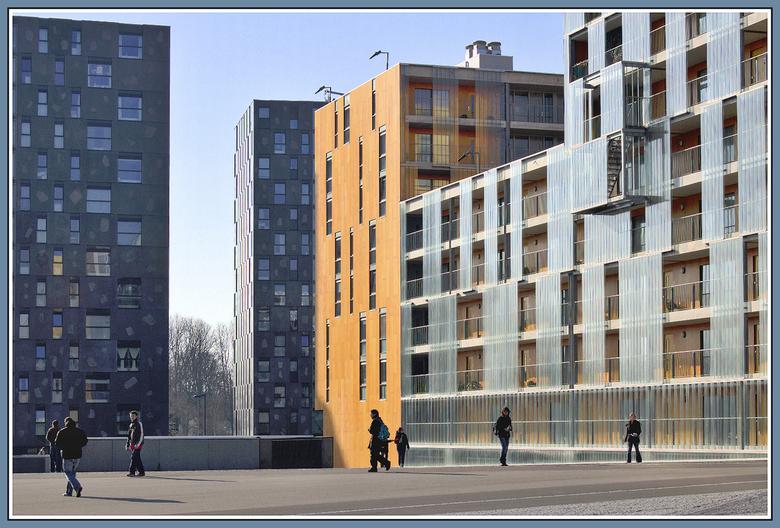 verloren - Bus met fransen liep leeg op dit plein,dit gaf een surrealistiesch beeld tuussen de flat gebouwen.