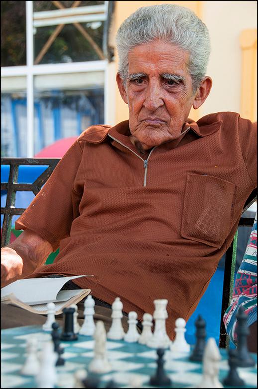 Cuba 128 - Een van de toeschouwers bij het schaken zat zo in zichzelf geconcentreerd toe te kijken, dat hij vlgs mij alles en iedereen om zich heen ve