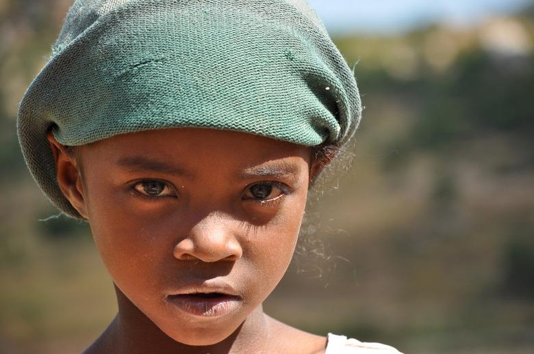 kwetsbaar - In het binnenland van Madagaskar kwam ik in contact met een groepje zwerfkinderen, waar ik een middag mee optrok. Ze genoten van de aandac