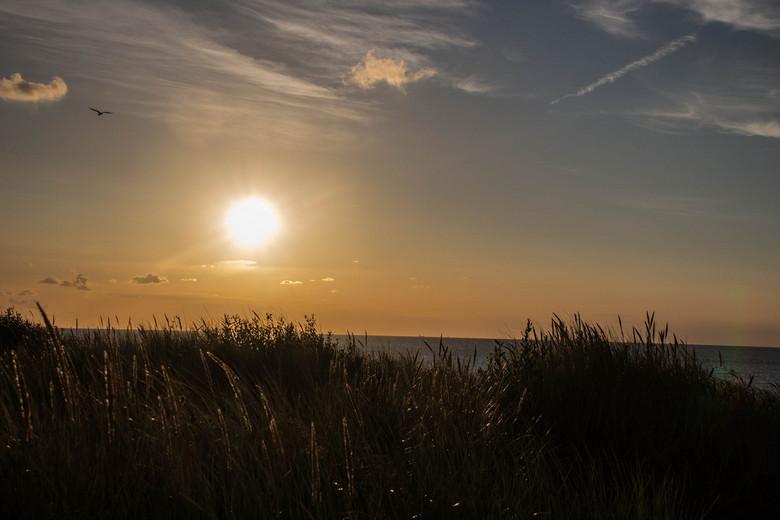 Zwevend zonsondergang - Dit is mijn eerste foto met een statief gemaakt. Op de top van een duin in Oostkapelle in Zeeland heb ik deze warme zonsonderg