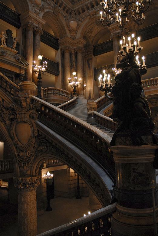 Paris Opera - Geweldige centrale hal van de franse opera.<br /> Geen statief, heel geconcentreerd uit de hand het bestaande licht proberen te pakken.
