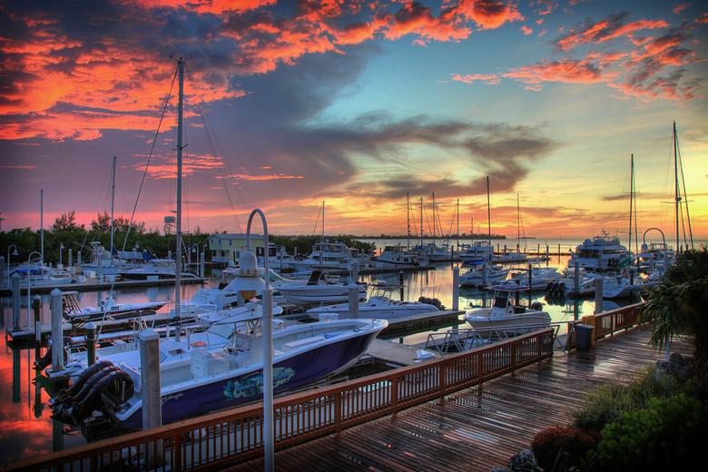 Key West Sunset Marina (USA) - Een leuk plaatje in de schemering, terwijl de wolkjes lekker oranje kleuren door het zonnetje dat zojuist het pand heef