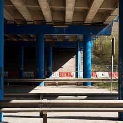 Zonlicht onder viaduct
