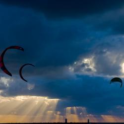 kites in de schemer