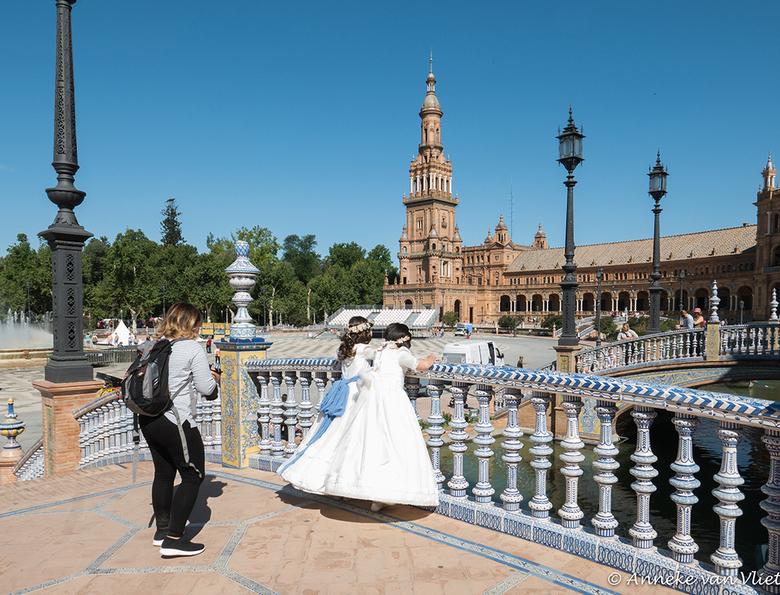 Sevilla, Plaza d'España - Communikantjes worden vastgelegd voor later.<br /> <br /> Dank jullie el voor de reacties op mijn foto&#039;s, ik ben er e