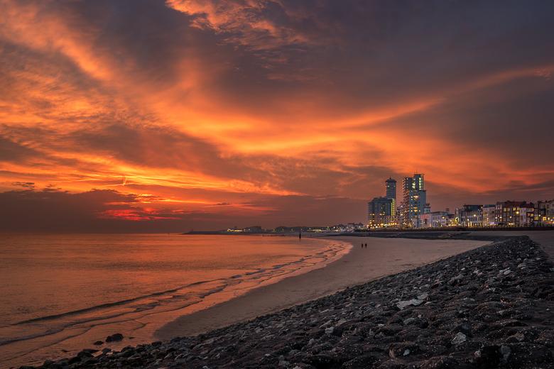 Brandend Vlissingen - Lekker even weg en meteen een prachtige avondlucht bij de haven van Vlissingen. De lucht werd vlak na zonsondergang prachtig roo