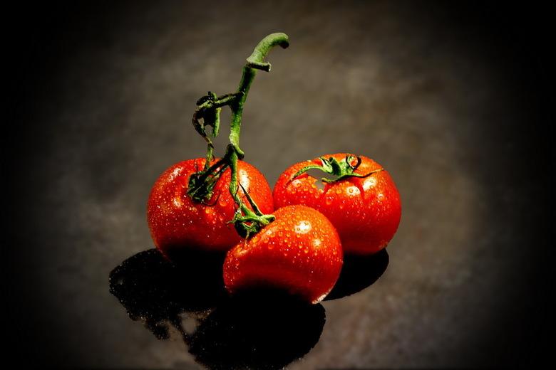 tomaten -  Na de fijne bloemetjes van gisteren en eergisteren is dit heel wat anders. Maar het zijn nog steeds macrofoto's. alleen nu binnenshuis