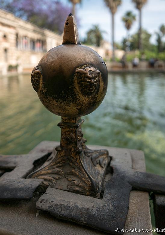 Sevilla, Real Alcazar, knop - Bij de tuinen van het Real Alcazar stonden deze knoppen op een muurtje.