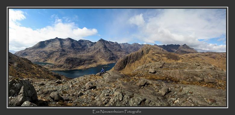 Rust boven Loch Coruisk - Na 'n pittige klim de beloning van 't panorama boven Loch Coruisk, vastgelegd met vier verticale opnamen.