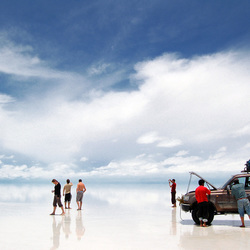 Auto op Salar de Uyuni