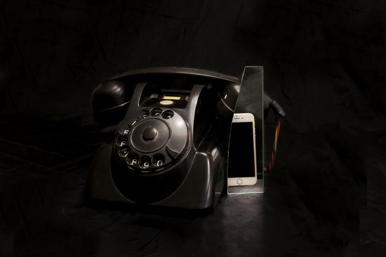 Oude zielen - Telefoon - Oude zielen - Telefoon<br /> <br /> Oude voorwerpen worden in stillevens in de serie &quot;Oude zielen&quot; gecombineerd m