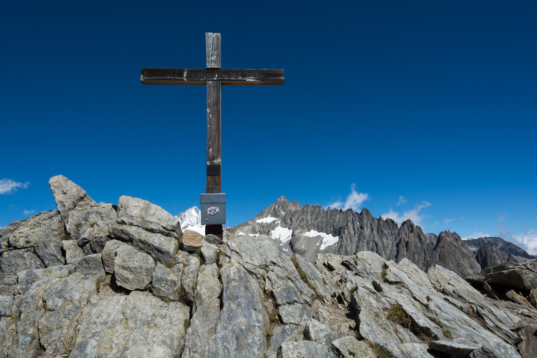 WALLIS - Vanaf Belalp op 2094m kun je met de kabelbaan naar Hohbiel op 2680 m. Daar start een prachtige wandeling naar de top van de Sparrhorn die 302