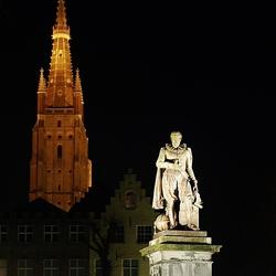 Brugge standbeeld met kerktoren