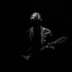 Wie is toch die man met die gitaar???