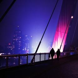 Passanten op de Willemsbrug