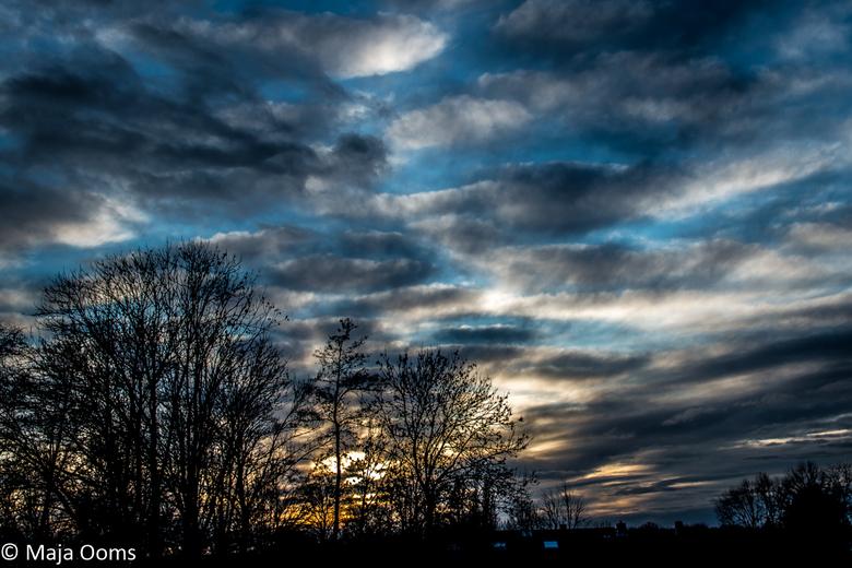 Clouds... - Soms hoef je alleen maar uit het zolderraam te kijken...<br /> (en wat te spelen met de schuifjes in Lightroom).