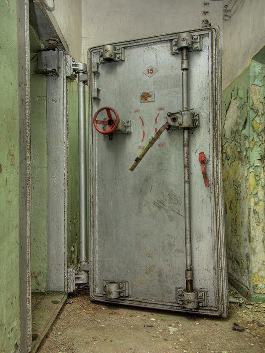 De Laatste deur 004 - Hier zien we de personeelsingang van de voormalige Russiese Atoom bunkers, Type 941 in de omgeving van de voormalige vliegbasis