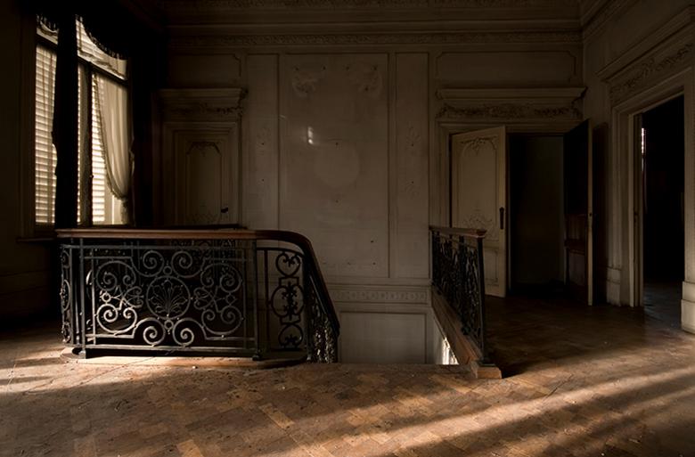 vervallen en toch sfeervol - trap in vervallen, verlaten Belgische villa met Egyptische invloeden