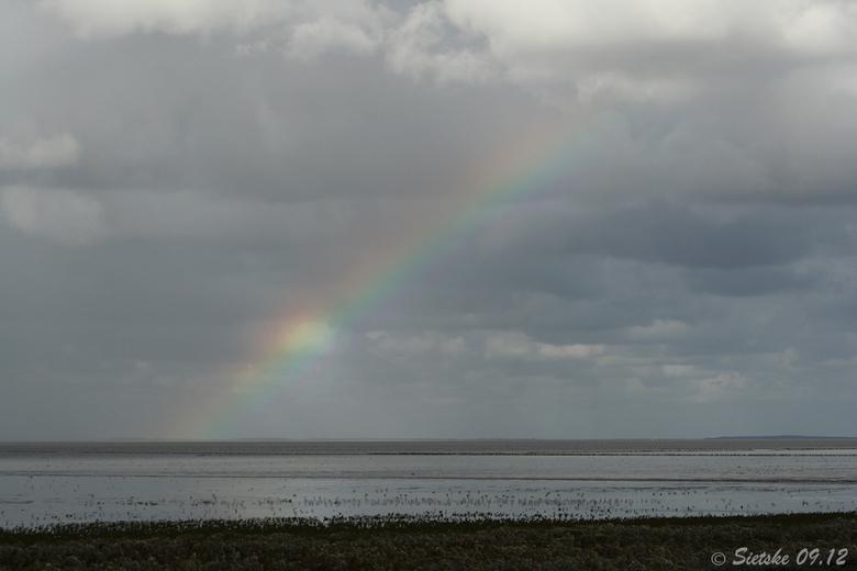 Regenboog - Vanmiddag even wezen uitwaaien aan de kust bij Zwarte Haan. Op een gegeven moment kwam er een stuk van de regenboog tevoorschijn