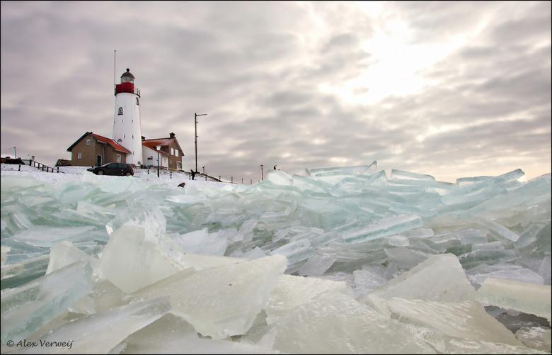 Kruiend ijs bij Urk - Zaterdag 11 Febr 2012, metershoog kruiend ijs