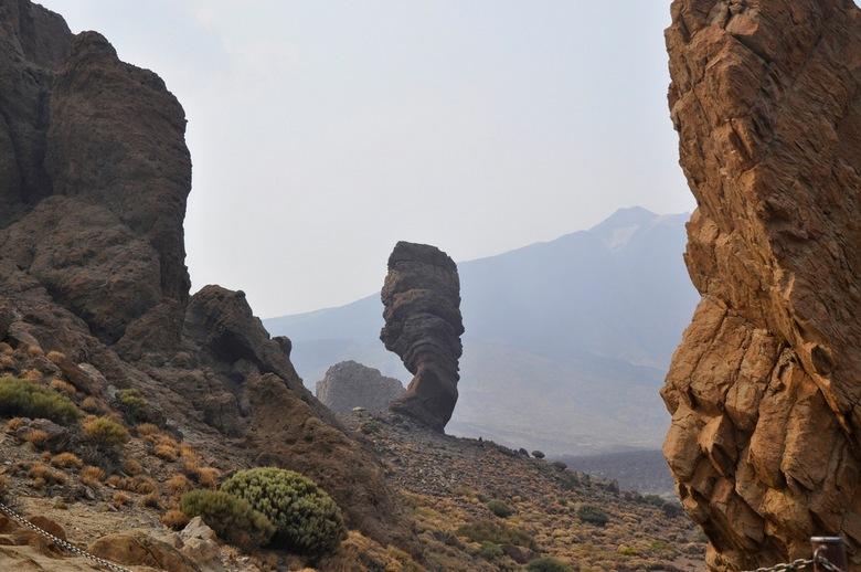 De Teide, Tenerife - Uitzicht op de Teide die door de enorme bosbranden volledig onder de rook ligt.