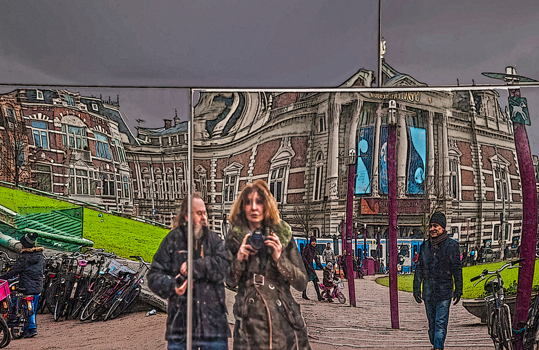 een rare wereld - Iedereen weer bedankt voor de fijne reacties op mijn foto,s <br /> <br /> Het lijkt wel een lachspiegel daar op het museum plein .
