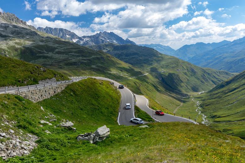bergweg - de vele bochten van de Furkapass. 1 van de mooiste en hoogste passen in zwitserland.