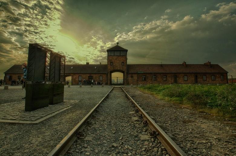 Auschwitz II - Birkenau - Omdat het kamp 75 jaar geleden is  bevrijd post ik deze foto. Onwerkelijk mooie ondergaande zon op zo'n nare plek...….
